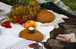 Jesieni wciąż życie - bochenek, bania, halny popiół, tansy, pszeniczni ucho, sól, na białym tablecloth z koronką Obraz Royalty Free