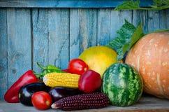 Jesieni wciąż życie warzywa Kukurudza, oberżyna, kabaczek, pieprze, arbuz w starym tle Zdjęcia Stock