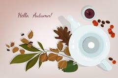 Jesieni wciąż życie z świeczką i czajnikiem otaczającymi jesień liśćmi, kaw adra i rowan jagodami, Obraz Royalty Free