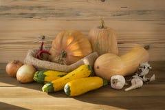 Jesieni wciąż życie z żółtymi baniami, pieprzami i czosnkiem, obraz stock