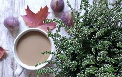 Jesieni wciąż życie z kawą & wrzosem obraz royalty free