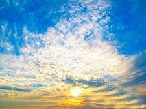Jesieni wsch?d s?o?ca z mg?? S?o?ce promienie ranku s?o?ce ?amaj? przez chmur przeciw niebieskiemu niebu obraz stock