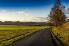 Jesieni wsi asfaltowa droga zdjęcie royalty free