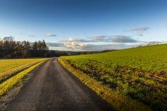 Jesieni wsi asfaltowa droga obrazy royalty free