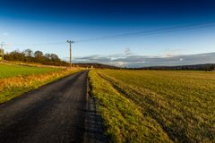 Jesieni wsi asfaltowa droga fotografia stock