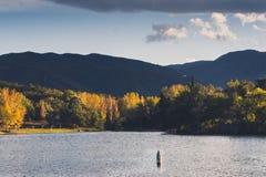 Jesieni złoci drzewa wokoło jeziornego Lac des Escoumes blisko Francuskiej wioski Vinça Obraz Royalty Free