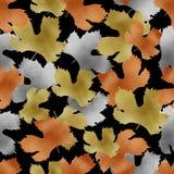 Jesieni złota groszaka kruszcowy srebro opuszcza bezszwowego wzór Spadek kruszcowej farby gronowy winograd opuszcza na czarnym tl zdjęcia royalty free