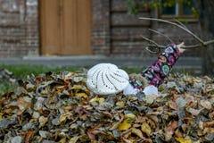 Jesieni zabawy dzieciaki zdjęcia stock