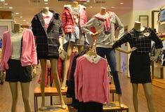 Jesieni zimy mody Mannequins w mody odzieży centrum handlowym obrazy stock