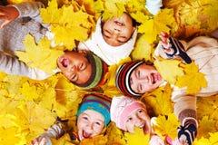 jesienni dzieciaki Zdjęcia Stock