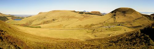 Jesienni kolory na wzgórzach Auvergne obraz stock