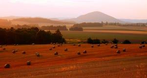Jesienni pola z słomianymi belami Zdjęcia Royalty Free