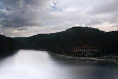 Jesienny Kokorinsko krajobrazu teren z Harasov jeziorem i Hotelową ruiną Obrazy Stock