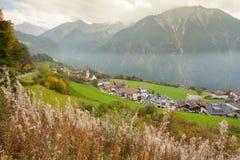 Jesienny widok w kierunku małego miasteczka Acereto w Ahrntal Zdjęcie Stock