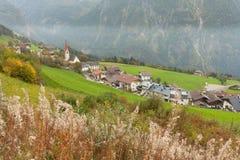 Jesienny widok w kierunku małego miasteczka Acereto w Ahrntal Obrazy Stock