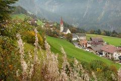 Jesienny widok w kierunku małego miasteczka Acereto w Ahrntal Obraz Royalty Free