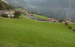 Jesienny widok w kierunku małego miasteczka Acereto w Ahrntal Fotografia Royalty Free