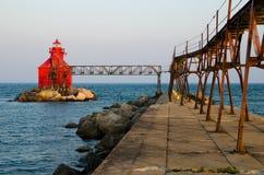 Jesiotra statku kanału Pierhead Podpalana latarnia morska, Wisconsin, usa fotografia royalty free
