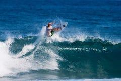 Jesse Merle Jones, der am felsigen Punkt in Hawaii surft Lizenzfreies Stockfoto