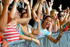 Jessica Sweetman exécute au BOBARD FestivalCrowd dans un concert au festival de BOBARD Photo libre de droits