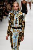 Jessie Bloemendaal loopt de baan in Versace toont tijdens Milan Fashion Week Spring /Summer 2018 stock fotografie