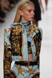 Jessie Bloemendaal loopt de baan in Versace toont tijdens Milan Fashion Week Spring /Summer 2018 royalty-vrije stock foto's