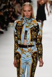Jessie Bloemendaal loopt de baan in Versace toont tijdens Milan Fashion Week Spring /Summer 2018 royalty-vrije stock afbeelding