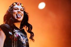 Jessie J, cantante inglés y compositor, pegados su lengua hacia fuera a la muchedumbre, durante su funcionamiento en el festival  Foto de archivo