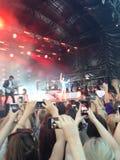 Jessie J en el concierto de Bedgebury Manos y teléfonos Imágenes de archivo libres de regalías