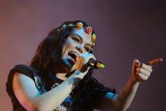 Jessie J se realiza en la BOLA fotos de archivo libres de regalías