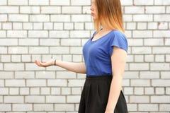 jest edukacja starego odizolowane pojęcia Dziewczyna trzyma jej rękę Obraz Royalty Free