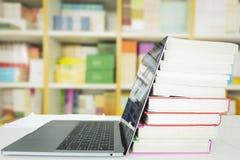 jest edukacja starego odizolowane pojęcia Laptop z książkami, zdjęcia royalty free
