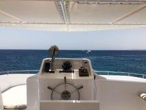 Jest kapitanem ` s kabinę na caroble, łódź z kierownicą, echową stukawkę, dennego kompas, nawigatora, gazu chwyta, tachometru i s obraz stock