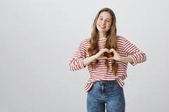 Jest Kopalniany Na zawsze Portret namiętna atrakcyjna blondynki dziewczyna pokazuje kierowego gest nad klatką piersiową i ono uśm zdjęcia stock