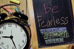 Jest Nieustraszenie na zwrota kolorowy ręcznie pisany na chalkboard zdjęcia stock