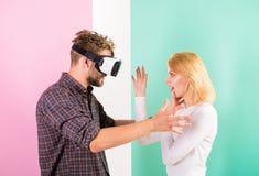 Jest niewidzialna dla on Obsługuje VR szkła wymagał wideo grę podczas gdy dziewczyny próba budzić się on up Wideo gry nałóg obrazy royalty free
