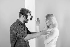 Jest niewidzialna dla on Obsługuje VR szkła wymagał wideo grę podczas gdy dziewczyny próba budzić się on up Wideo gry nałóg obraz royalty free