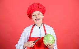 Jest ostrożny podczas gdy cięcie Rżnięci warzywa lubią szefa kuchni Kobieta szefa kuchni fachowego chwyta ostry nóż Sposoby sieka obraz stock