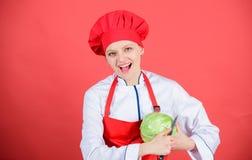 Jest ostrożny podczas gdy cięcie Kobieta szefa kuchni fachowego chwyta ostry nóż Sposoby siekać jedzenie lubią pro Nożowy umiejęt obraz royalty free
