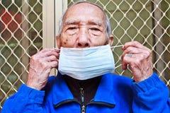 Jest ubranym maskę zapobiegać chorobę obraz stock