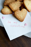 Jest walentynki notatką wiązką serca Kształtujący ciastka i Zdjęcie Royalty Free