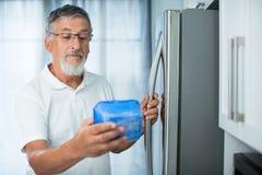 Jest wciąż świetnie to? Starszy mężczyzna w jego kuchni Obrazy Stock