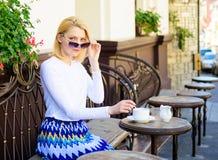 Jesteś Ty Żartuje Ja Kobieta napoju kawiarni kawowego tarasu miastowy tło defocused Dziewczyna cukiernianego napoju czekania kawo Zdjęcie Royalty Free