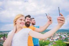 Jeste?my wszystkie jednostkami Ludzie ciesz? si? selfie strzelanin? na naturze Najlepszy przyjaciele bierze selfie z kamera telef zdjęcie royalty free