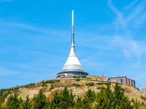 Jested - μοναδικό αρχιτεκτονικό κτήριο Ξενοδοχείο και συσκευή αποστολής σημάτων TV στην κορυφή του βουνού Jested, Liberec, Δημοκρ Στοκ Εικόνες