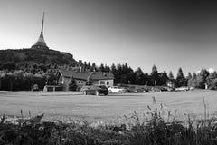 Jested, Τσεχία - Juny 10, 2017: σταθμευμένα αυτοκίνητα κάτω από ονομασμένο πομποδέκτης Jested κοντά στην πόλη Liberec στο ηλιοβασ Στοκ εικόνα με δικαίωμα ελεύθερης χρήσης