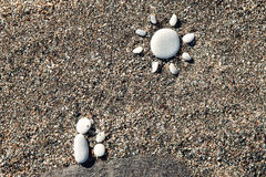 Jestem mężczyzna robić kamienie na piasku dzieckiem i Zdjęcia Stock