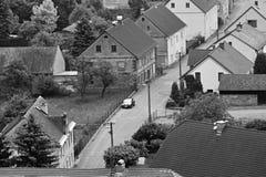 Jestrebi,捷克共和国- 2018年5月19日:在街道的黑汽车欧宝雅特H立场在春天多云wea期间的历史房子之间 图库摄影