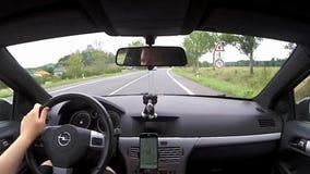 Jestrebi, república checa - 19 de agosto de 2017: conduzindo o carro Opel Astra H à vila Jestrebi no ` s de Macha aterre durante  video estoque