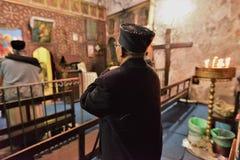 JESUCRISTO ETÍOPE DE LA ADORACIÓN DE LOS PEREGRINOS EN JERUSALÉN DURANTE LA NAVIDAD Imagen de archivo libre de regalías